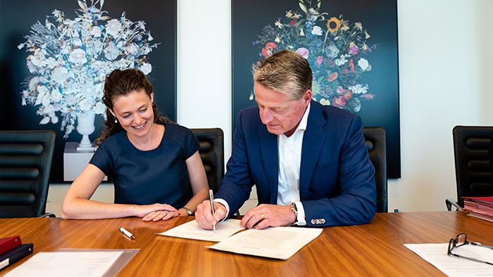 Download image (.jpg) Eline Vrijland van Beest, CEO and Founder of NightBalance and Egbert van Acht, Chief Business Leader, Personal Health Businesses at Royal Philips (opens in a new window)