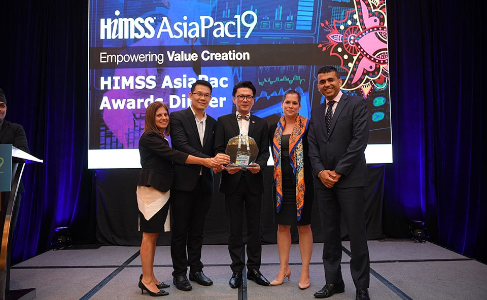 "The Philips team accepts the award for ""Best Health IT"" at HIMSS APAC 2019 for Philips IntelliVue GuardianSoftware. (L-R) Lori Lazara, Thapakorn Jidtilerdwut, HIMSS presenter, Laetitia Franquin, Bidur Dhaul"