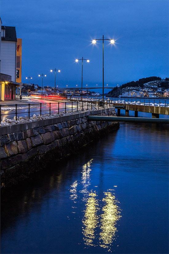 Kristiansund, Norge Som den første kommunen i Norge har Kristiansund installert den intelligente gatebelysningen kalt CityTouch. Nå har byen fått en unik løsning, som både sikrer bedre lys i gatene og enklere vedlikehold. Og som også gir mulighet for en energibesparing på opptil 70 prosent.