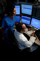 Mercy's eICU command center in St. Louis (US) enables critical care specialists to monitor patients and deliver virtual care from hundreds of kilometers away.