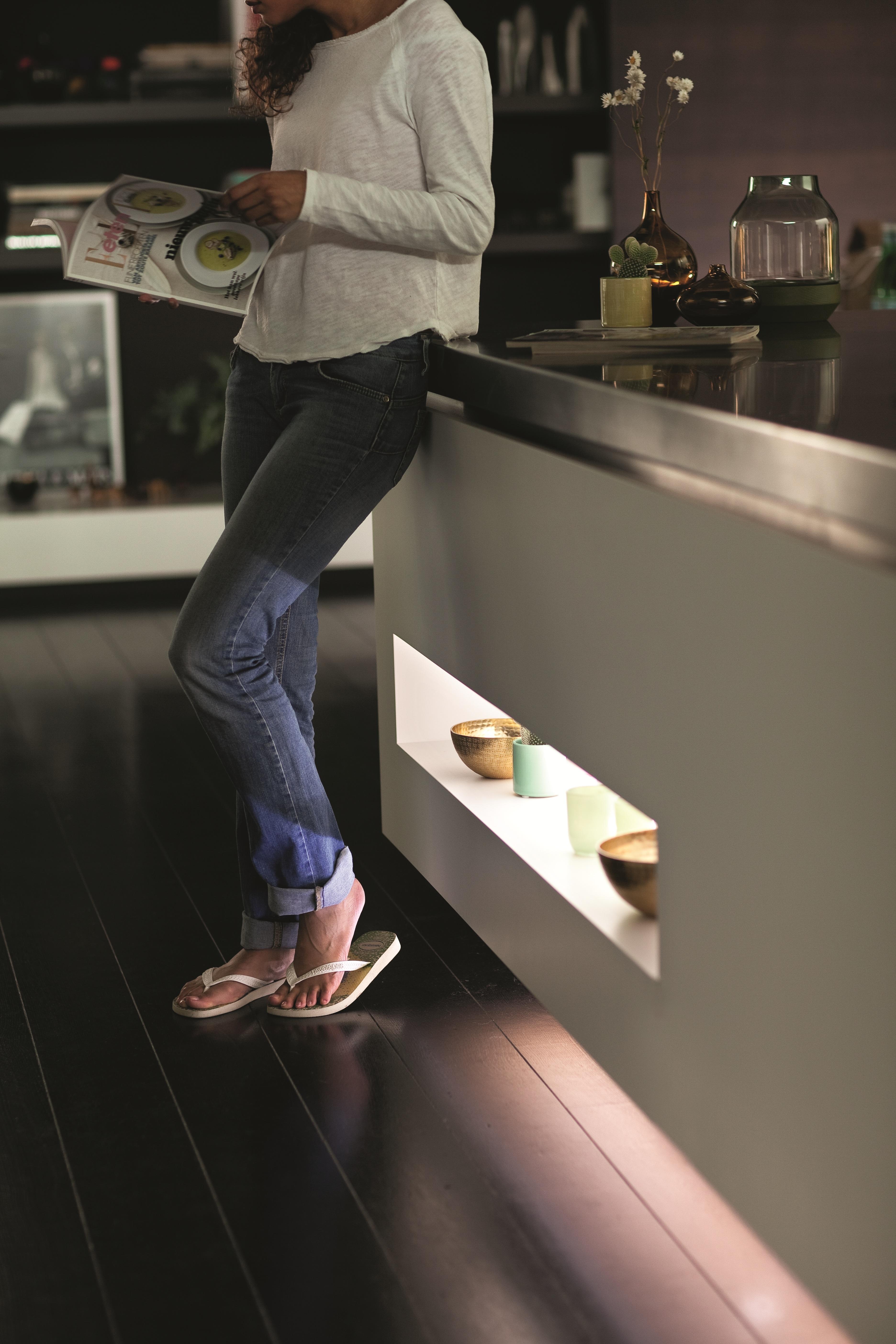 Hue_Lightstrip_Plus_kitchen_cupboard_white Schöne Philips Friends Of Hue Lightstrips Dekorationen